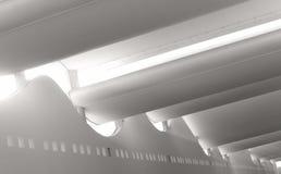 Glatte Sunlit Architektur innerhalb des Malls Stockfotos