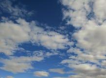 Glatte Wolkenbeschaffenheit, Steigungstageszeit-Himmelhintergrund Stockfoto