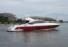 Glatte Yacht auf dem Potomac lizenzfreies stockfoto