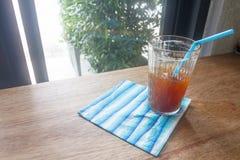 Glatteiskaffeeglas auf Holztisch im selektiven Fokus Lizenzfreies Stockbild