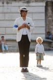 Glatter krimineller Ausführender Michael Jacksons mit Kind Stockfotos