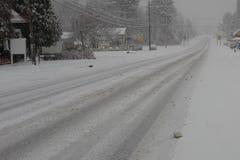 Glatter Schnee bedeckte Straße Stockbilder