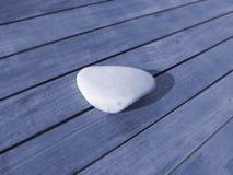 Glatter Stein auf Holz Stockfotografie