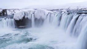 Glattes strömendes schweres Wasser des epischen eisigen Wasserfalls Stockfoto