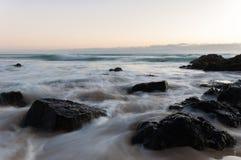 Glattes Wasser, das über Felsen läuft Stockfotos