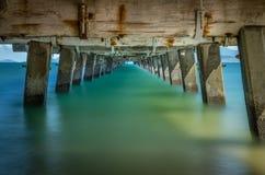 Glattes Wasser unter Pier Lange Berührung Lizenzfreies Stockfoto