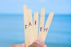 Glaube auf blauem Seehintergrund. Lizenzfreie Stockbilder