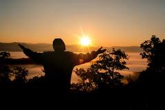 Glaube des christlichen Konzeptes: Geistiges Gebet überreicht Sonnenglanz stockbild