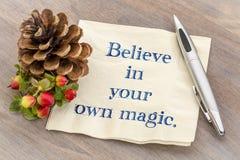 Glauben Sie an Ihre magische Anmerkung über Serviette Stockfotos