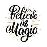Glauben Sie an Magie Hand gezeichnetes Motivationsbeschriftungszitat Gestaltungselement für Plakat, Fahne, Grußkarte lizenzfreie abbildung