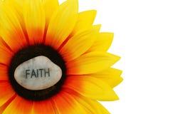 Glauben-Stein auf künstlicher Sonnenblume Lizenzfreie Stockfotografie