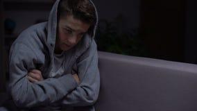 Glaubende Enttäuschung des Teenagers, Probleme mit Kommunikation, Einsamkeit stock video