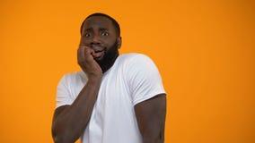 Glaubende Furcht des lächerlichen afro-amerikanischen Mannes lokalisiert auf gelbem Hintergrund stock video