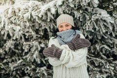 Glaubende Kälte der glücklichen Frau im Winter stockfoto