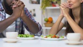 Glaubende Paare, die vor Abendessen, Traditionen von christlichen Paaren, Religion beten stock video footage