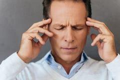 Glaubende schreckliche Kopfschmerzen Lizenzfreie Stockfotos