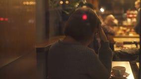 Glaubende Traurigkeit der Frau, einsames Sitzen in der Cafeteria, Krise in den Verhältnissen stock footage