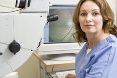 Glaucoma del doctor With Equipment For Detecting Fotos de archivo libres de regalías