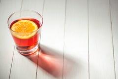 Glazen bevroren thee met citroen op houten achtergrond Stock Fotografie