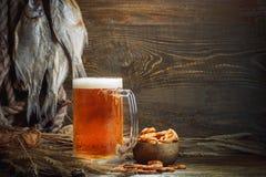 Glazen bier en droge vissen op een houten lijst royalty-vrije stock afbeeldingen