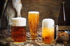 Glazen bier en droge vissen op een houten lijst royalty-vrije stock foto