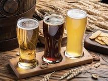 Glazen bier en snacks op de houten lijst Royalty-vrije Stock Afbeeldingen