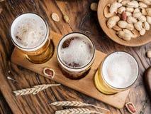 Glazen bier en snacks op de houten lijst Royalty-vrije Stock Afbeelding