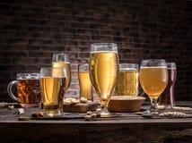 Glazen bier en snacks op de houten lijst Stock Fotografie