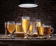 Glazen bier en snacks op de houten lijst Royalty-vrije Stock Foto's