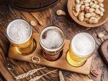 Glazen bier en snacks op de houten lijst Stock Afbeeldingen