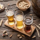 Glazen bier en snacks op de houten lijst Royalty-vrije Stock Foto
