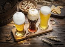 Glazen bier en snacks op de houten lijst Royalty-vrije Stock Fotografie