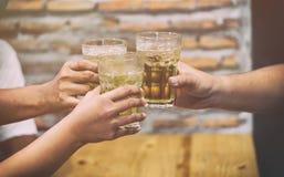 Glazen bier in handen Stock Foto