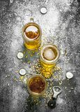 glazen bier met een flesopener en kurken Stock Foto