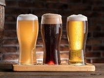 Glazen bier op de houten lijst Royalty-vrije Stock Foto