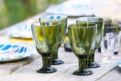 Glazen bij lijst het plaatsen Stock Foto