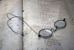 Glazen bovenop een boek Stock Foto's