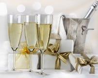 Glazen champagne en giften Royalty-vrije Stock Fotografie