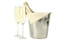 Glazen champagne met fles in een emmer op wit Stock Afbeeldingen