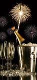 Glazen champagne met vuurwerk royalty-vrije stock afbeelding