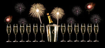 Glazen champagne met vuurwerk Stock Foto's