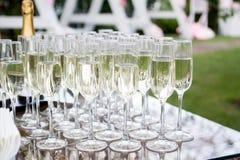 Glazen champagne witte wijn Glasglazen met gekleurde dranken op de lijst Stock Foto