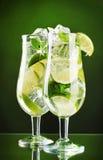 Glazen cocktails met kalk Stock Fotografie