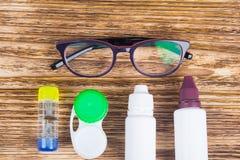 Glazen, containers voor het schoonmaken van contactlenzen, om visie te verbeteren royalty-vrije stock foto