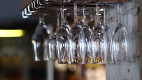 Glazen die bovenkant - neer in de wijn van het koffierestaurant hangen stock footage