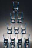 Glazen die op lijst worden gestapeld Stock Fotografie