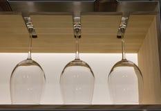 Glazen die van de kristalwijn de op een rij hangen Royalty-vrije Stock Foto's