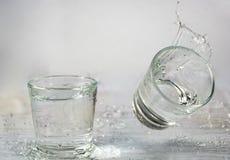 Glazen die water en met plonsen en dalingen vallen springen stock fotografie