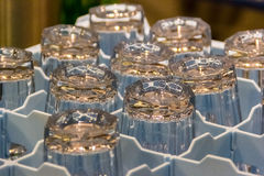 Glazen in doos Stock Fotografie