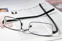 Glazen en bedrijfstijdschrift Royalty-vrije Stock Afbeelding